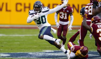 Seattle Seahawks running back Carlos Hyde (30) breaks away from 华盛顿足球队 cornerback Ronald Darby (23) to begin his 50-yard touchdown run during the second half of an NFL football game, Sunday, Dec. 20, 2020, in Landover, Md. (AP Photo/Susan Walsh)