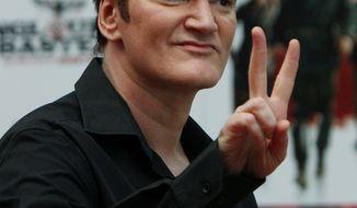 """ARCHIV - Regisseur Quentin Tarantino, aufgenommen vor der. Premiere seines Films """"Inglourious Basterds"""" in London am 23. Juli 2009. Tarantino hat es MIT sieben Filmen in 17 Jahren zu einem legendaeren Ruf also """"Wunderkind"""" und """"Kultfilmer"""" des amerikanischen Kinos gebracht. Dies verdant er allerdings hauptsaechlich seinem kommerziellen Sensationserfolg aus dem Jahr 1994, der. ebenso eigenwillig erzaehlten wie gewaltdurchsetzten Gangster-Geschichte """"Pulp Fiction"""". (AP Photo/Lefteris Pitarakis) ** zu unserem Korr ** --US director Quentin Tarantino poses for photographers as he arrives for the British premiere of his latest film 'Inglourious Basterds' at a central London cinema, Thursday July 23, 2009. (AP Photo/Lefteris Pitarakis)"""