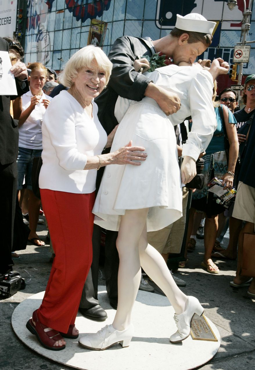 ** FILE ** In this Aug. 11, 2005, photo, Edith Shain, who claims to be the nurse in the photograph being kissed by a sailor in during the celebration of the Allied victory ending World War II, poses by a sculpture of the event by Seward Johnson in New York's Times Square. Her son, Robert, says Shain was 91 when she died Sunday, June 20, 2010 at her Los Angeles home. (AP Photo/Richard Drew))