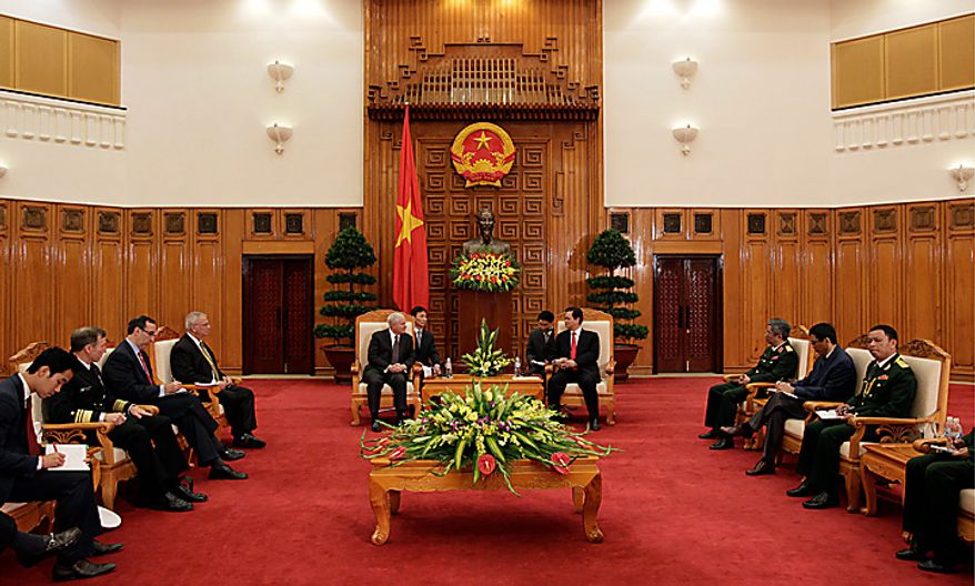 Defense Secretary Robert Gates, center left, meets with Vietnam's Prime Minister Nguyen Tan Dung, center right, in a meeting room at the Prime Minister's office in Hanoi, Vietnam, Monday, Oct. 11, 2010.  (AP Photo/Carolyn Kaster, Pool)