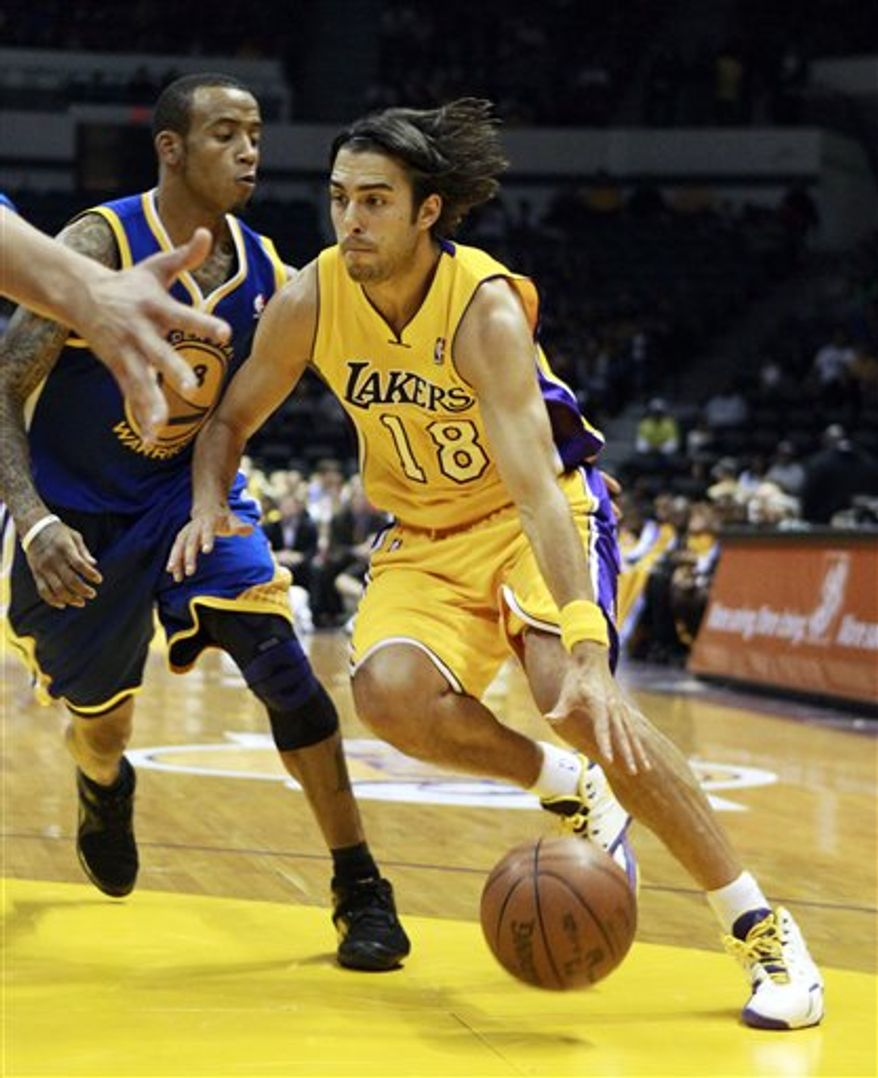 Los Angeles Lakers' Sasha Vujacic goes  for a steal against Golden State Warriors' Dorell Wright during the first quarter of an NBA preseason basketball game Thursday, Oct. 21, 2010, in San Diego. Vujacic announced prior to the game that he is engaged to tennis star Maria Sharapova. (AP Photo/Lenny Ignelzi)