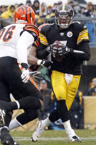 Pittsburgh Steelers quarterback Ben Roethlisberger, left, and coach Mike Tomlin talk on the sidelines late in the fourth quarter of a 23-7 win over the Cincinnati Bengals in an NFL football game in Pittsburgh, Sunday, Dec 12, 2010. (AP Photo/Gene J. Puskar)