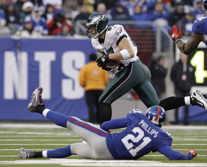 Philadelphia Eagles' Brent Celek runs for a touchdown past New York Giants' Kenny Phillips during the fourth quarter of an NFL football game at New Meadowlands Stadium, Sunday, Dec. 19, 2010, in East Rutherford, N.J. (AP Photo/Kathy Willens)