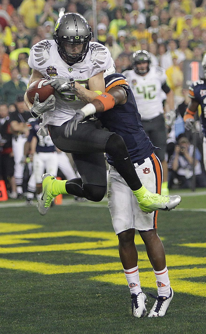Oregon's Jeff Maehl (23) catches a 2-point conversion as Auburn's Zac Etheridge defends during the second half of the BCS national championship NCAA college football game on Monday, Jan. 10, 2011, in Glendale, Ariz. (AP Photo/Matt York)