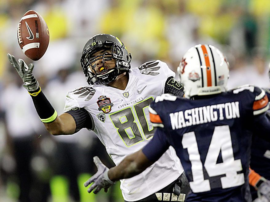 Oregon's Lavasier Tuinei (80) reaches out to make a catch as Auburn's Demond Washington, right, defends during the second half of the BCS national championship NCAA college football game on Monday, Jan. 10, 2011, in Glendale, Ariz. (AP Photo/Matt York)