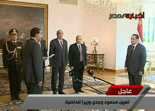 Egyptian President Hosni Mubarak, right, swears in Cabinet Minister for Communications and Information Technologies Tariq Mohamed Kmel Mamoud, front left, during a ceremony Monday Jan. 31, 2011. ( AP Photo / Egypt State TV)