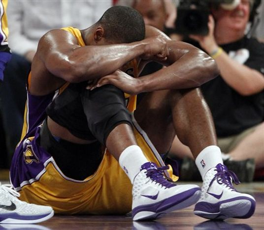 Los Angeles Lakers' Kobe Bryant tries to shoot between San Antonio Spurs' Richard Jefferson, left, and Tiago Splitter during the first half of an NBA basketball game in Los Angeles, Tuesday, April 12, 2011. (AP Photo/Chris Carlson)
