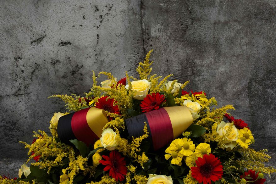 A wreath of flowers and ribbons in the German national colors is placed by the Berlin Wall Memorial at Bernauer Strasse in Berlin, Saturday, Aug. 13, 2011. (Photo/Markus Schreiber)