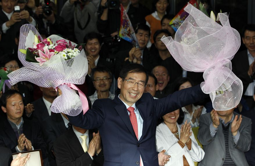Park Won-soon, an independent candidate for mayor of Seoul, greets supporters at his campaign office in Seoul on Thursday, Oct. 27, 2011. (AP Photo/Lee Jin-man)
