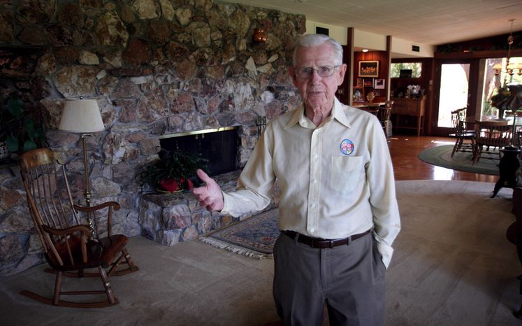"""** FILE ** Cartoonist Bil Keane, creator of the comic """"Family Circus,"""" poses in his home in Paradise Valley, Ariz., in June 2006. A spokeswoman for King Features Syndicate, the comic's distributor, said Mr. Keane died on Tuesday, Nov. 8, 2011, at age 89. (AP Photo/East Valley Tribune, Paul O'Neill)"""