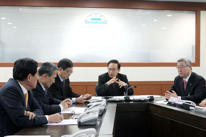 UNCERTAINTY: South Korean President Lee Myung-bak (right) huddles with his National Security Council on Monday about strategy for North Korean relations.