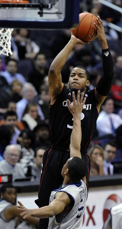 Cincinnati's Dion Dixon had 22 points and four steals against Georgetown on Monday, Jan. 9, 2012, in Washington. Cincinnati defeated Georgetown 68-64. (AP Photo/Richard Lipski)