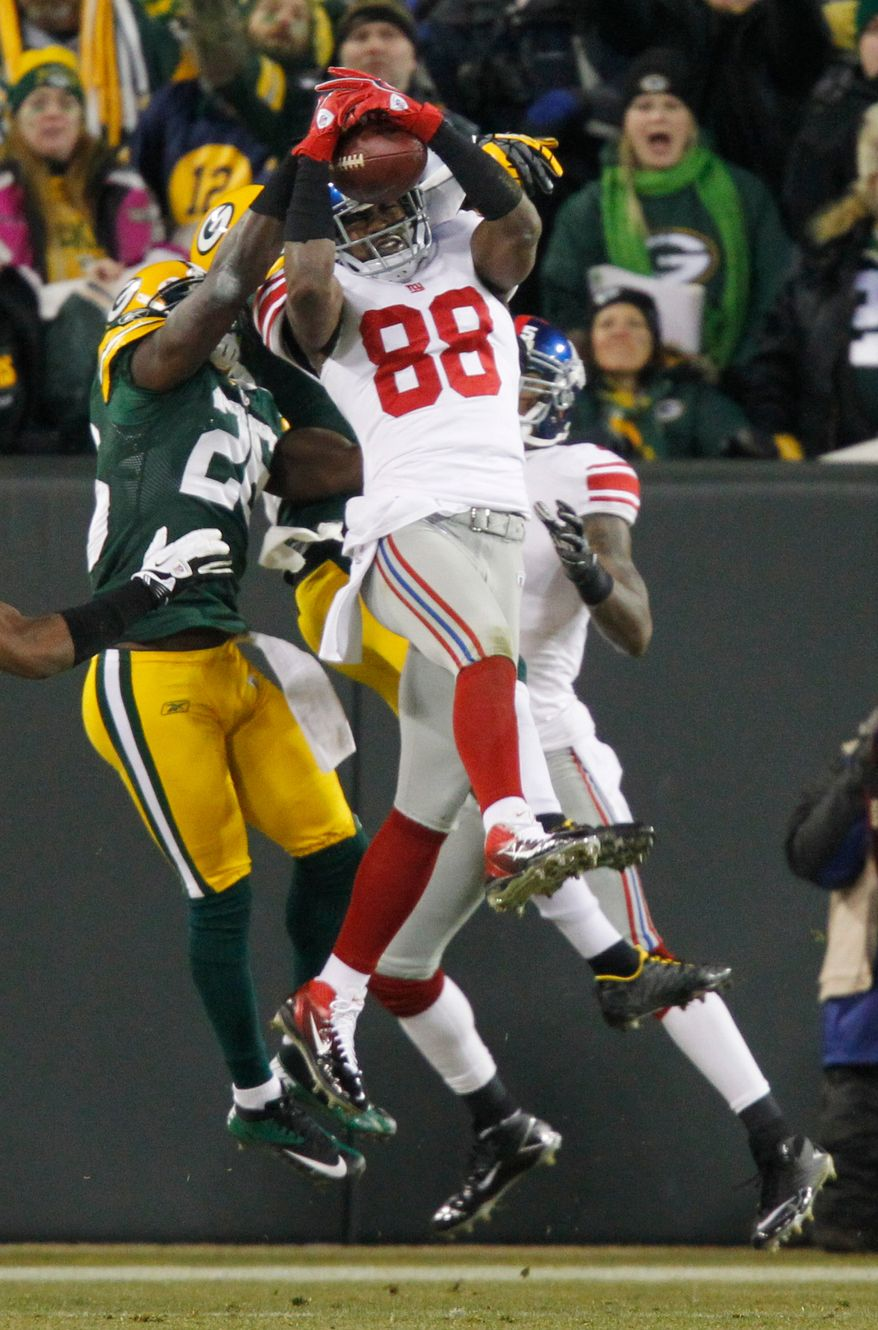New York Giants wide receiver Hakeem Nicks catches a 37-yard touchdown pass in front of Green Bay Packers safety Charlie Peprah at the end of the first half of the NFL divisional playoff football game Sunday, Jan. 15, 2012, in Green Bay, Wis. Giants won 37-20. (AP Photo/Jeffrey Phelps)