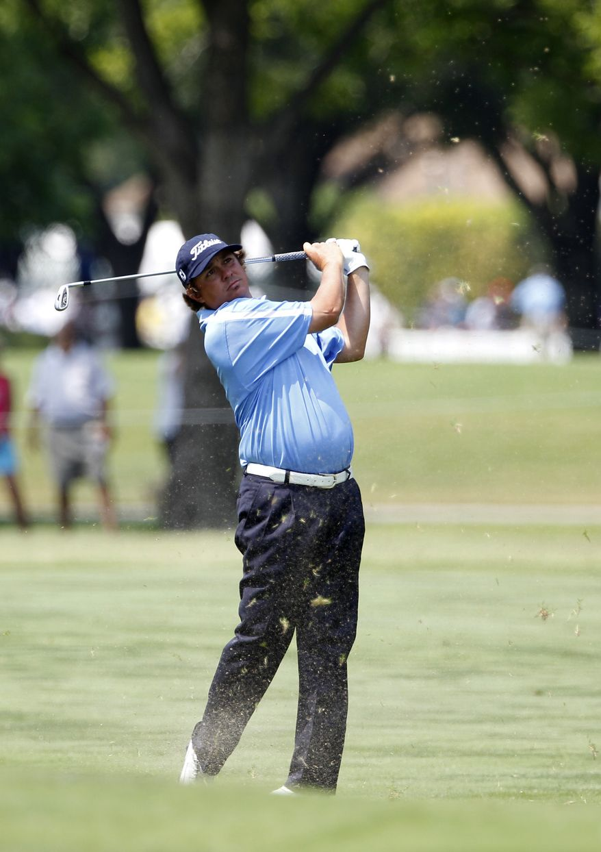 Jason Dufner watches his shot off the seventh fairway during the second round of the PGA Colonial golf tournament Friday, May 25, 2012, in Fort Worth, Texas. Dufner finished the second round at 11-under, 129. (AP Photo/Tony Gutierrez)