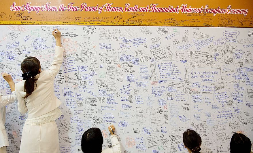 Mourners leave messages Wednesday for the family of the Rev. Sun Myung Moon at Cheongpyeong Heaven and Earth Training Center near Seoul. (Barbara L. Salisbury/The Washington Times)