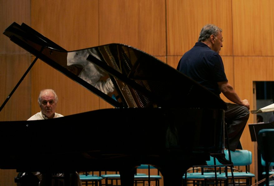 Conductor Zubin Mehta (right) rehearses with pianist Daniel Barenboim in Mumbai, India, on Tuesday, Oct. 7, 2008. Mr. Mehta conducted four festive concerts with the Israel Philharmonic Orchestra in Mumbai in honor of the 100th birthday of his father, Mehli Mehta. (AP Photo/Rajanish Kakade)