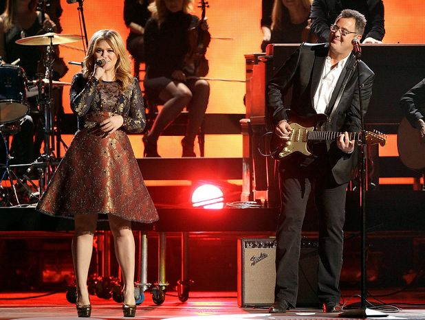 Kelly Clarkson, left, and Vince Gill perform at the 46th Annual Country Music Awards at the Bridgestone Arena on Thursday, Nov. 1, 2012, in Nashville, Tenn. (Photo by Wade Payne/Invision/AP)