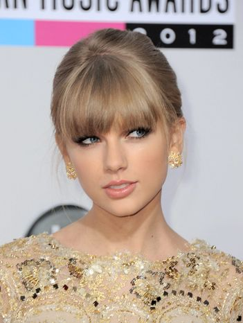 Taylor Swift arrives at the 40th Anniversary American Music Awards on Sunday, Nov. 18, 2012, in Los Angeles. (Photo by Jordan Strauss/Invision/AP)