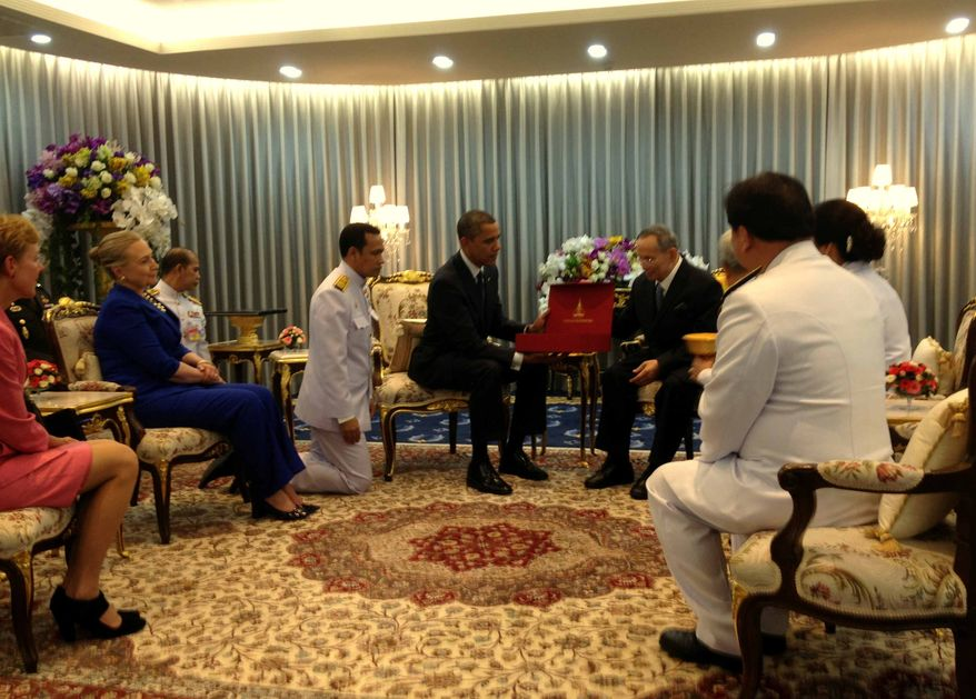 Thai King Bhumibol Adulyadej presents U.S. President Obama with a gift for first lady Michelle Obama. (David Nakamura/The Washington Post/White House pool reporter)