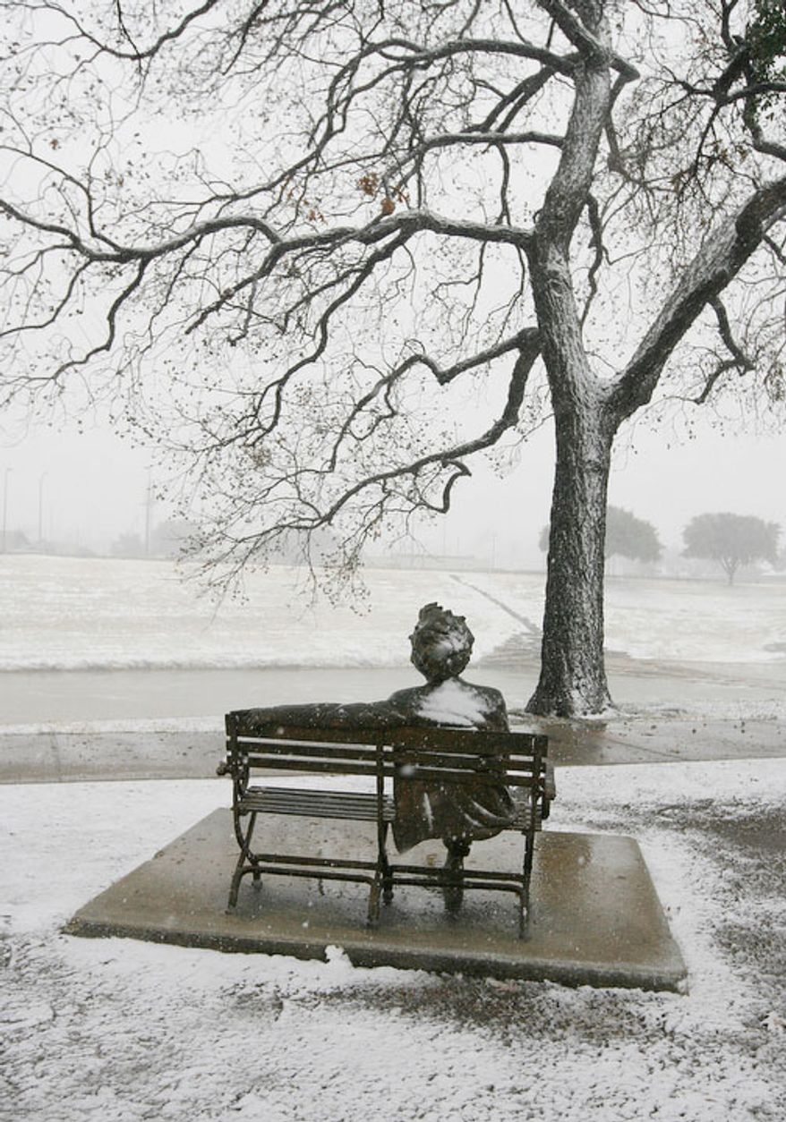 Snow falls on the Mark Twain statue on the banks of the Trinity River in Fort Worth, Texas on Christmas Day, Tuesday, Dec. 25, 2012. (AP Photo/The Fort Worth Star-Telegram, Ben Noey Jr.)
