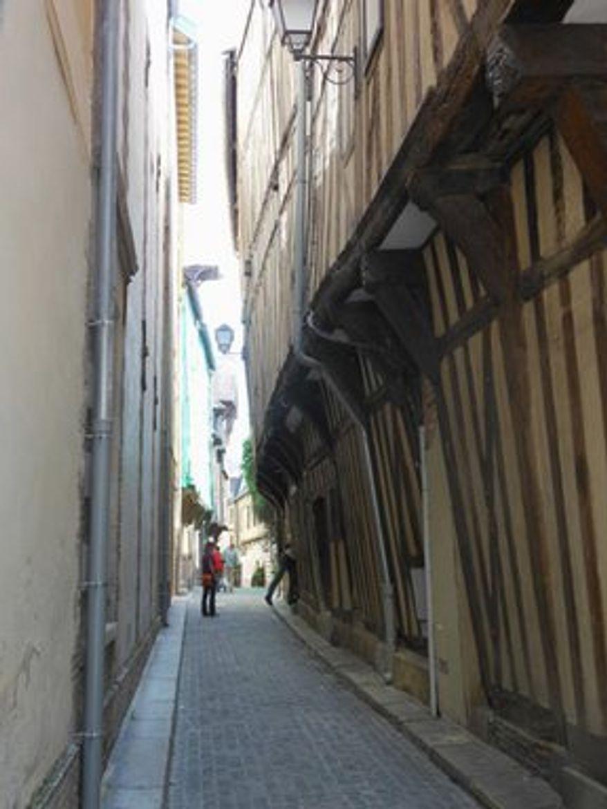Narrow street in Troyes (Corinna Lothar)