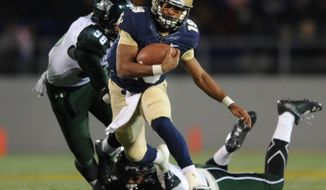 Navy quarterback Keenan Reynolds runs the ball against Hawaii in the second half of an NCAA college football game on Saturday, Nov. 9, 2013, in Annapolis, Md. Navy won 42-28. (AP Photo/Gail Burton)