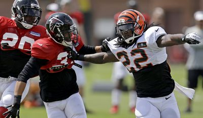 Atlanta Falcons' Peyton Thompson, left, works against Cincinnati Bengals' Troy Stoudermire during a joint practice at NFL football training camp at the Falcons' practice facility, Monday, Aug. 5, 2013, in Flowery Branch, Ga. (AP Photo/David Goldman)