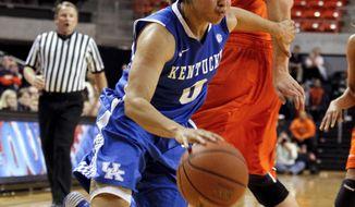 Kentucky's Jennifer O'Neill (0) drives to the basket around Auburn's Peyton Davis (34) during the second half of an NCAA women's college basketball game on Sunday, Jan. 19, 2014, in Auburn, Ala. Kentucky defeated Auburn 73-71. (AP Photo/Butch Dill)