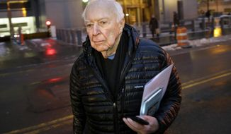 Artist Jasper Johns leaves federal court in New York, Thursday, Jan. 23, 2014. Johns testified Thursday in federal court in New York at the trial of Brian Ramnarine. Johns was the star witness for prosecutors trying to prove Ramnarine tried to sell an unauthorized bronze sculpture of the painting once photographed alongside President John F. Kennedy.  (AP Photo/Seth Wenig)