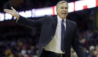 Los Angeles Lakers head coach Mike D'Antoni argues a call in the second quarter of an NBA basketball game against the Cleveland Cavaliers, Wednesday, Feb. 5, 2014, in Cleveland. (AP Photo/Mark Duncan)