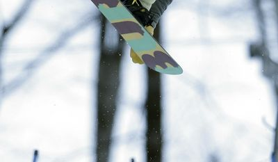 United States' Hannah Teter competes during the women's snowboard halfpipe qualifying at the Rosa Khutor Extreme Park, at the 2014 Winter Olympics, Wednesday, Feb. 12, 2014, in Krasnaya Polyana, Russia. (AP Photo/Felipe Dana)