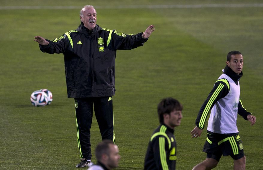 Spain's coach Vicente del Bosque signals to his players during a training session in Madrid, Monday March 3, 2014. Spain will play Italy Wednesday in a friendly soccer match. (AP Photo/Paul White)