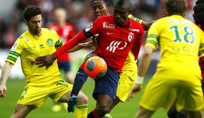 Lille's Salomon Kalou, center, controls the ball during their French League one soccer match against Nantes at the Lille Metropole stadium, in Villeneuve d'Ascq, northern France, Saturday, March 15, 2014. (AP Photo/Michel Spingler)