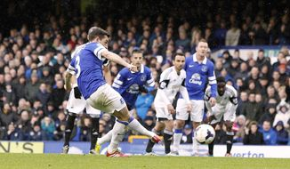 Everton's Leighton Baines scores their first goalof the game from the penalty spot, during their English Premier League soccer match against Swansea City at Goodison Park, Liverpool, England, Saturday, March 22, 2014. (AP photo/Peter Byrne, PA Wire)    UNITED KINGDOM OUT   -   NO SALES   -   NO ARCHIVES