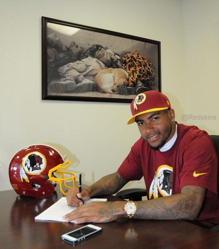 DeSean Jackson signs his contract with the Washington Redskins on April 2, 2014 (Washington Redskins, via Twitter)