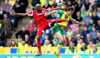 Norwich City's Jonny Howson, right, is challenged by West Bromwich Albion's Yousouff  Mulumbu  during their English Premier League soccer match against West Bromwich Albion at Carrow Road, Norwich, England, Saturday, April 5, 2014. (AP Photo/Chris Radburn, PA Wire)     UNITED KINGDOM OUT   -    NO SALES    -    NO ARCHIVES