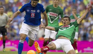 Cruz Azul's Ismael Valadez, left, competes for the ball with America's Francisco Rodriguez during a Mexican soccer league match in Mexico City, Saturday, April 5, 2014. (AP Photo/Christian Palma)