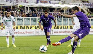Fiorentina's Gonzalo Rodriguez, of Argentina, right, scores on a penalty kick during a Serie A soccer match between Fiorentina and Sassuolo, at the Artemio Franchi stadium in Florence, Italy, Tuesday, May 6, 2014. (AP Photo/Fabrizio Giovannozzi)