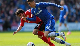 Chelsea's Fernando Torres, right, and Cardiff City's Fabio Da Silva race for the ball during their English Premier League soccer match at the Cardiff City Stadium, Cardiff, Wales, Sunday May 11, 2014. (AP Photo / David Davies, PA) UNITED KINGDOM OUT - NO SALES - NO ARCHIVES