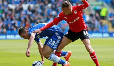Cardiff City's Craig Bellamy, right, and Chelsea's Cesar Azpilicueta clash during their English Premier League soccer match at the Cardiff City Stadium, Cardiff, Wales, Sunday May 11, 2014. (AP Photo / David Davies, PA) UNITED KINGDOM OUT - NO SALES - NO ARCHIVES