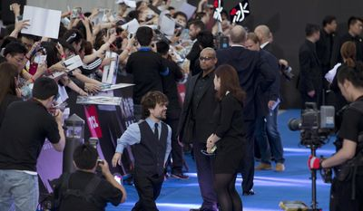 """American actor Peter Dinklage prepares to sign autographs for fans during the red carpet for his atest movie """"X-Men:Days of Future Past"""" in Beijing, China, Tuesday, May 13, 2014.  (AP Photo/Ng Han Guan)"""