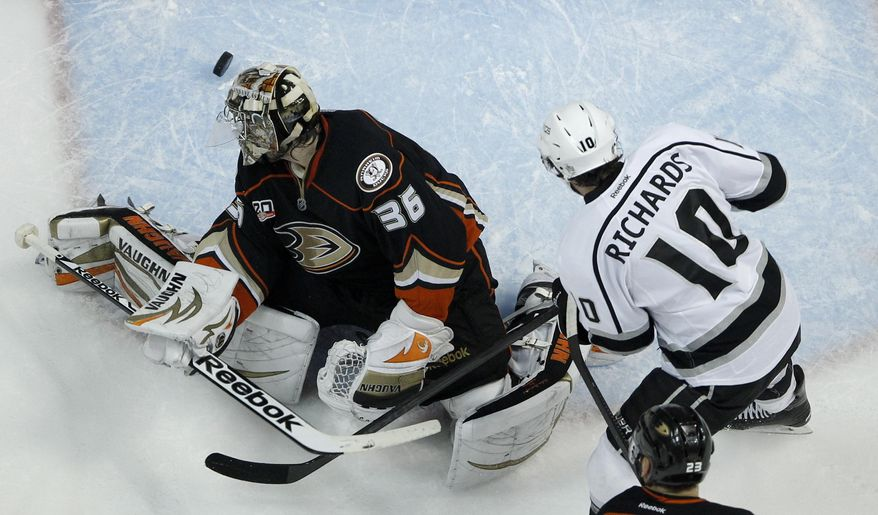 Los Angeles Kings center Mike Richards, right, scores past Anaheim Ducks goalie John Gibson during the first period in Game 7 of an NHL hockey second-round Stanley Cup playoff series in Anaheim, Calif., Friday, May 16, 2014. (AP Photo/Chris Carlson)