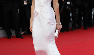 """FILE - This May 18, 2014 file photo shows actress Hilary Swank posing in a white gown as she arrives for the screening of """"The Homesman"""" at the 67th international film festival, Cannes, southern France. (AP Photo/Alastair Grant, File)"""