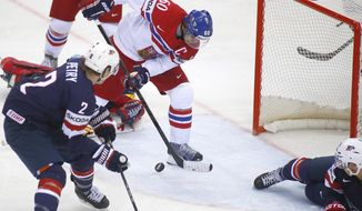 Czech Republic's Tomas Rolinek, center, scores against the USA during the Group A Quarterfinal match at the Ice Hockey World Championship in Minsk, Belarus, Thursday, May 22, 2014. (AP Photo/Sergei Grits)