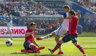 Norway's Havard Nordtveit, left, and Andre Danielsen, right, try unsuccessfully to prevent Russia's Oleg Sjatov, center, from scoring, during their international friendly soccer match in Olso, Saturday, May 31, 2014.  The match ended 1-1. (AP Photo/Erlend Aas, NTB Scanpix)    NORWAY OUT