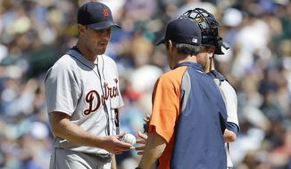 Detroit Tigers starting pitcher Max Scherzer, left, is pulled by Tigers manager Brad Ausmus, right, in the seventh inning of a baseball game against the Seattle Mariners, Sunday, June 1, 2014, in Seattle. (AP Photo/Ted S. Warren)