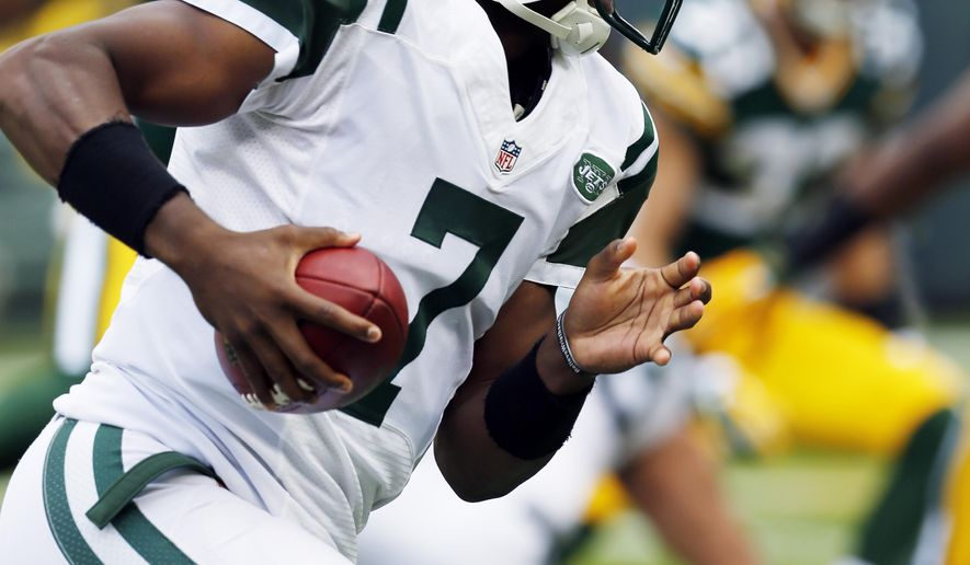 New York Jets' Geno Smith runs for a touchdown during the first half of an NFL football game against the Green Bay Packers Sunday, Sept. 14, 2014, in Green Bay, Wis. (AP Photo/Mike Roemer)