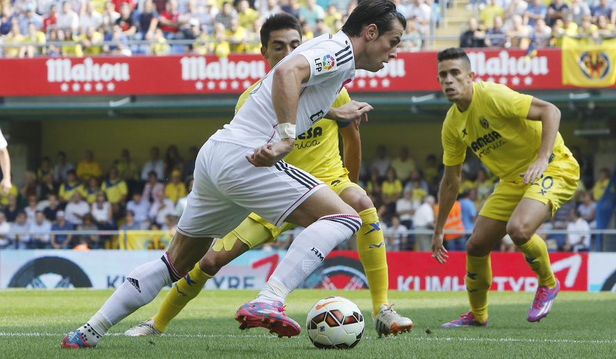 Real Madrid's Gareth Bale, duels for the ball with Villarreal's  Bruno Soriano during a Spanish La Liga soccer match at the Madrigal stadium in Villarreal, Spain,  Saturday, Sept. 27, 2014. (AP Photo/Alberto Saiz)