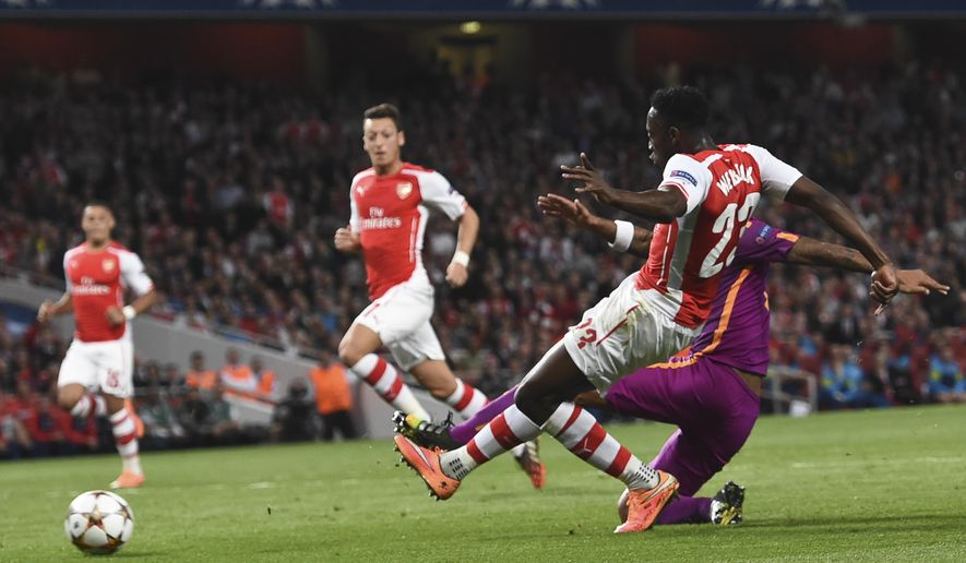Arsenal's Danny Welbeck , right, scores during the Champions League Group D soccer match between Arsenal  and Galatasaray , at the Emirates Stadium in London, on Wednesday, Oct 1, 2014. (AP Photo/ Tim Ireland)