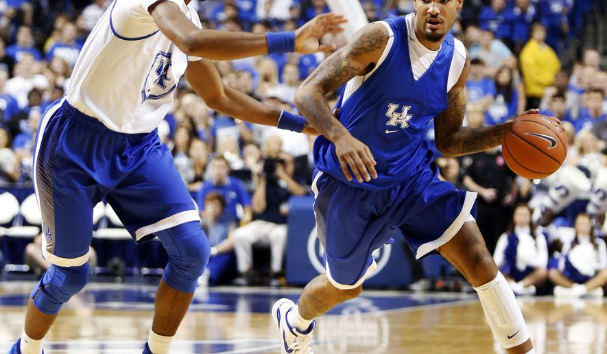 The Blue squads' Willie Cauley-Stein, right, is pressured by the White squads' Marcus Lee during Kentucky's intrasquad NCAA college basketball scrimmage, Monday, Oct. 27, 2014, in Lexington, Ky. (AP Photo/James Crisp)